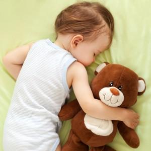 copil dormind cu ursulet