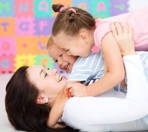 mama si doi copii