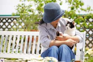 femeie cu pisica