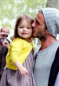 David, Victoria et Harper Beckham dans les rues de Paris