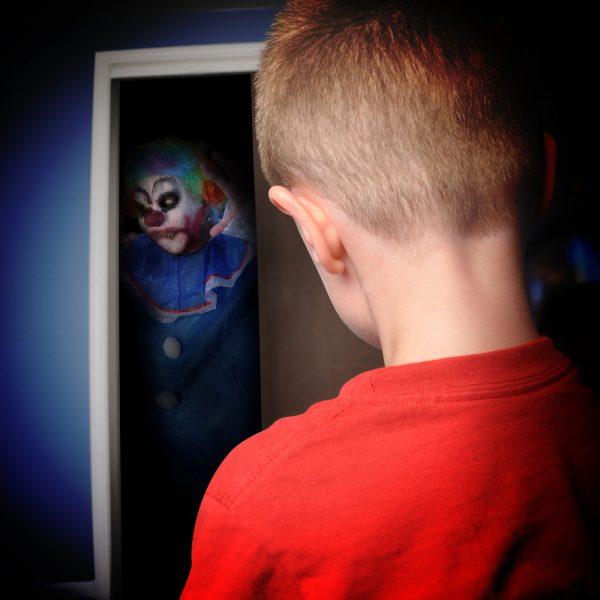 îi sperie pe copii