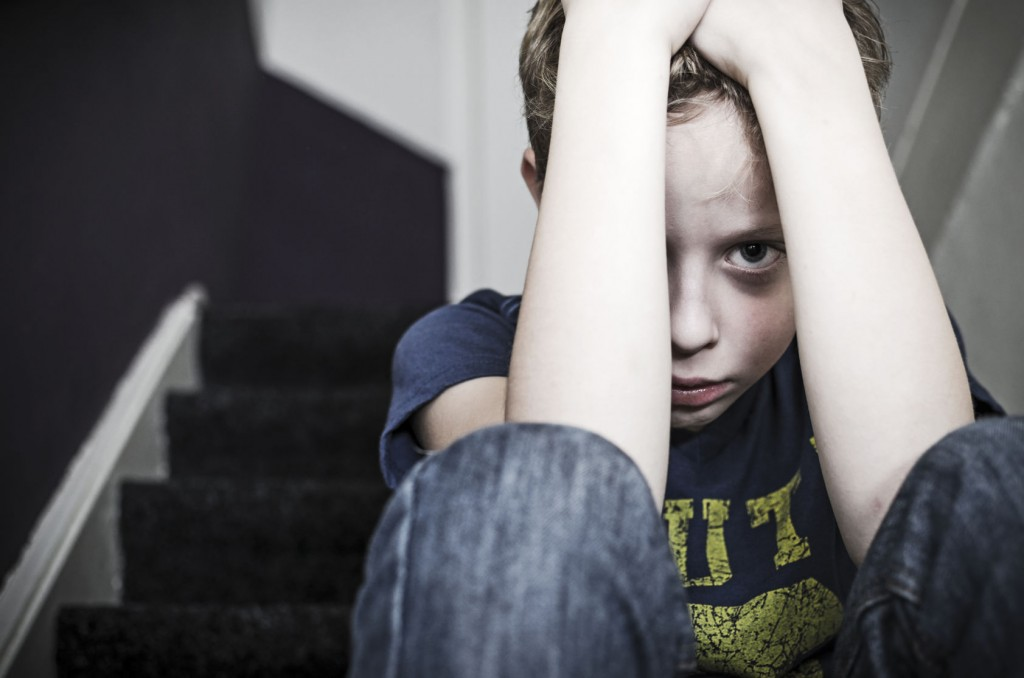 baietel trist si speriat bullying