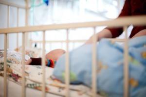 bebelus in patul de spital