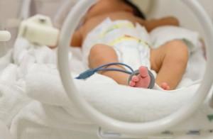 bebelus prematur in incubator