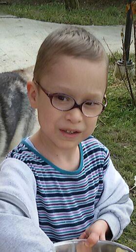 Baietel de 5 ani cu ochelari