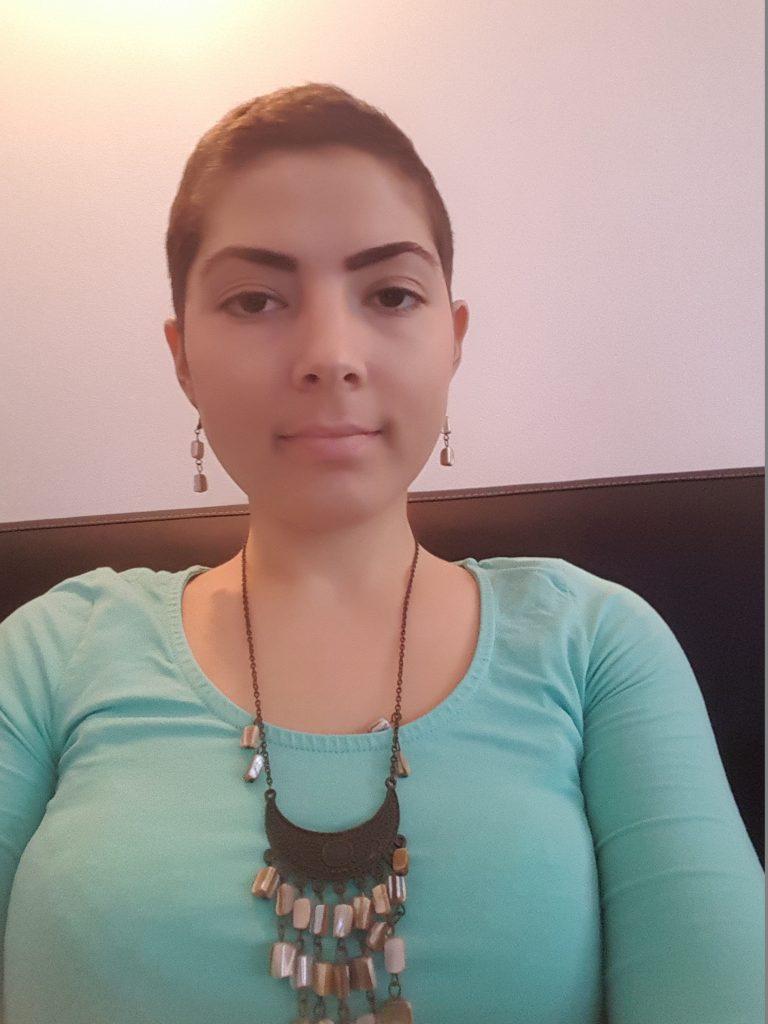 femeie bolnava de cancer in spital alaturi de insotitor. ramona ghinet