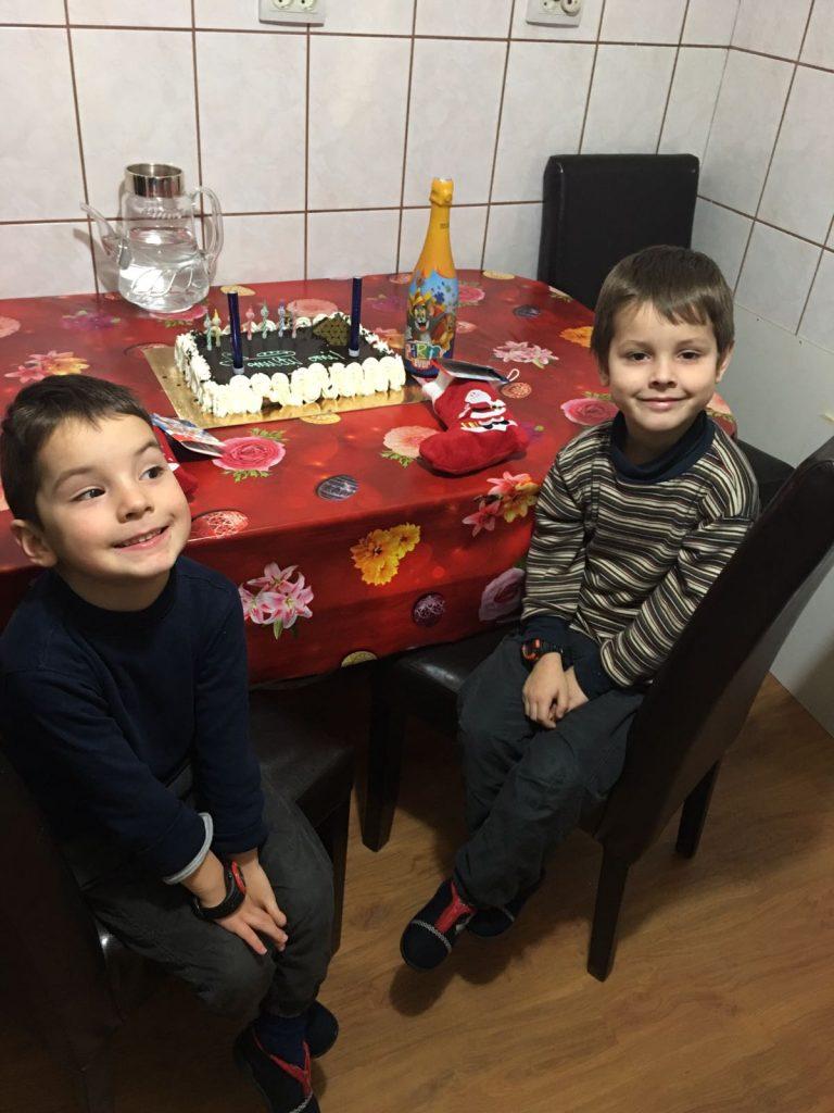 bolnava de leucemie si sotul i-a furat banii pentru tratament. imgine cu doi copii stand la masa