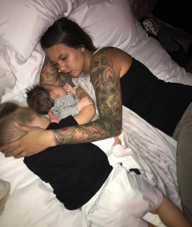 dormitul în pat cu copiii
