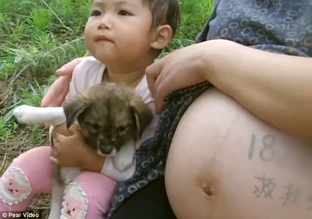 2 parinti din China au sapat groapa fetitei lor, desi e inca in viata 2