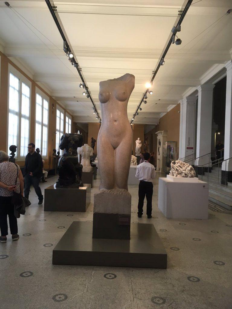 I s-a cerut sa se acopere cand alapta, intr-un muzeu plin de nuduri de femei 2