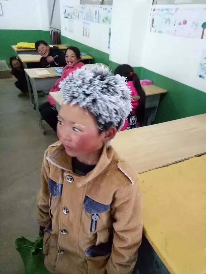 A ajuns la scoala cu mainile si capul complet inghetate